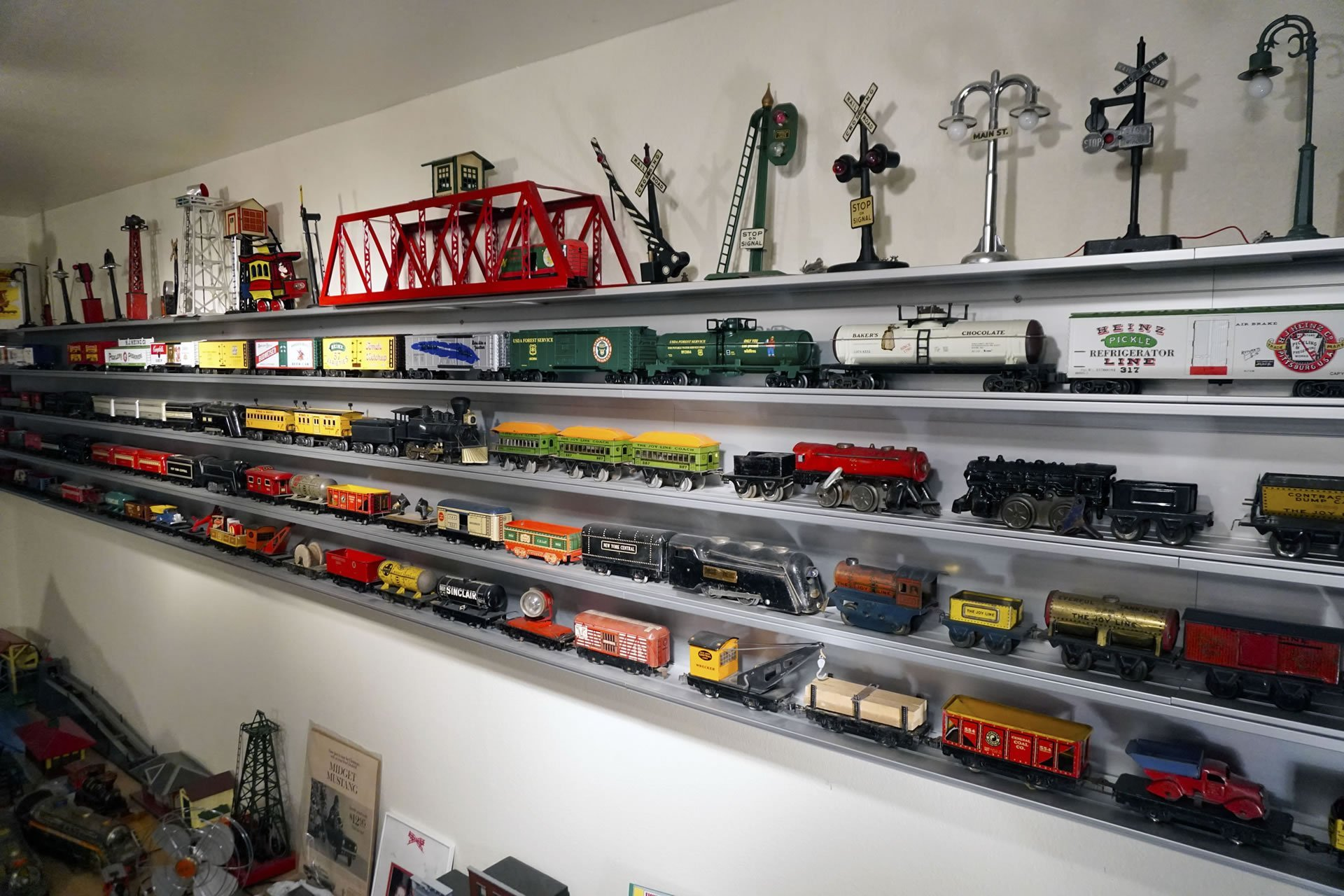 O Scale Wall Mounted Train Display Case